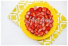 Gâteau lumineux et délicieux de fraise sur une serviette jaune, la nourriture d'amour de l'inscription I Photographie stock libre de droits