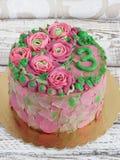 Gâteau magnifique couvert dans les roses faites de glaçage de crème de beurre sur le fond en bois blanc Image libre de droits