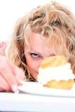 gâteau mangeant la femme photos stock