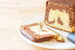 Gâteau marbré de chocolat délicieux pendant des vacances Photo stock