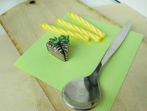 Gâteau miniature de kiwi d'argile de polymère sur la table Photographie stock libre de droits