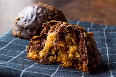 Gâteau mordu de boule de chocolat et de caramel avec le dessert non fini de châtaigne image libre de droits