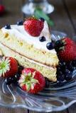 Gâteau mousseline avec des baies Photo libre de droits