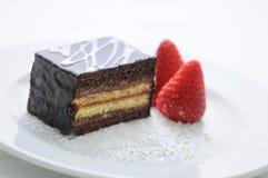 Gâteau mousseline avec des fraises du plat blanc, photographie de produit pour la boutique ou pâtisserie Photos stock
