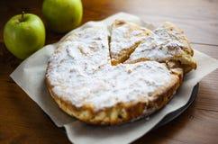 Gâteau mousseline avec des pommes, tarte aux pommes, biscuit de fruit avec la poudre photo stock