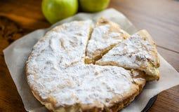 Gâteau mousseline avec des pommes, tarte aux pommes, biscuit de fruit avec la poudre image libre de droits
