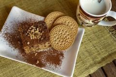 Gâteau mousseline de biscuit et tasse de lait photographie stock libre de droits
