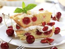 Gâteau mousseline de cerise Photo libre de droits
