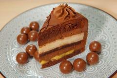 Gâteau mousseline de chocolat avec le remplissage de banane photos libres de droits