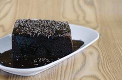 Gâteau mousseline de chocolat couvert du chocolat et de riz fondus de chocolat comme écrimage Photographie stock libre de droits