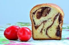 Gâteau mousseline et oeufs de pâques image stock