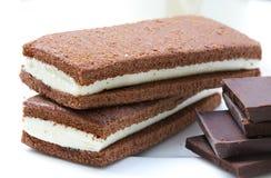 Gâteau mousseline fait maison de chocolat avec le remplissage laiteux pelucheux Closeu Image libre de droits