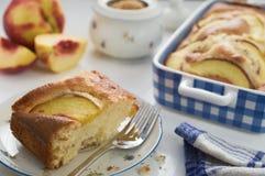 Gâteau mousseline fait maison de régime avec des nectarines dans le plat en céramique bleu Photo libre de droits