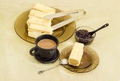 Gâteau mousseline floconneux, café avec du lait, confiture Image libre de droits
