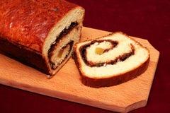 Gâteau mousseline sur un tranchoir en bois Photos libres de droits