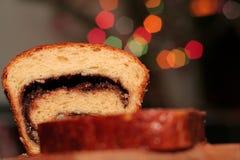 Gâteau mousseline sur un tranchoir en bois Photographie stock