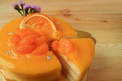 Gâteau Mouthwatering de mandarine avec la coupe d'une seule pièce du gâteau de totalité photo libre de droits