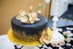 Gâteau noir d'or Image stock