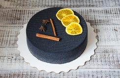 Gâteau noir de velours de chocolat avec les oranges et la cannelle sèches Photos libres de droits