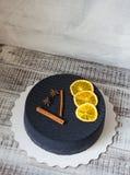 Gâteau noir de velours de chocolat avec les oranges et la cannelle sèches Images libres de droits