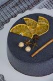 Gâteau noir de velours de chocolat avec les oranges et la cannelle sèches Photo libre de droits