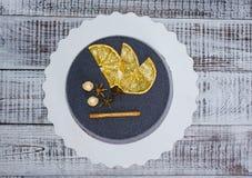 Gâteau noir de velours de chocolat avec les oranges et la cannelle sèches Photographie stock libre de droits