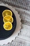 Gâteau noir de velours de chocolat avec les oranges et la cannelle sèches Photographie stock