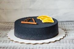 Gâteau noir de velours de chocolat avec les oranges et la cannelle sèches Image stock