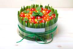 gâteau Non-doux de vacances avec les poissons rouges, oignon vert, tomate-cerise photo stock