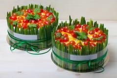 gâteau Non-doux de vacances avec les poissons rouges, oignon vert, tomate-cerise photographie stock libre de droits