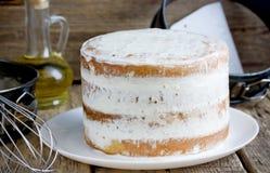 Gâteau nu avec le givrage de fromage photographie stock libre de droits