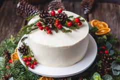 Gâteau nu crème blanc fait maison décoré de la crème blanche, cône photo libre de droits
