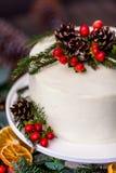 Gâteau nu crème blanc fait maison décoré de la crème blanche, cône photographie stock libre de droits