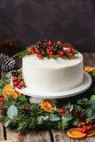 Gâteau nu crème blanc fait maison décoré de la crème blanche, cône images stock