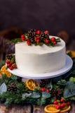 Gâteau nu crème blanc fait maison décoré de la crème blanche, cône image libre de droits