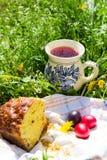 Gâteau, oeufs et cruche de Pâques avec la compote Images stock