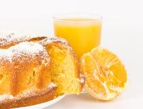 Gâteau orange avec la tranche de jus et d'orange d'orange Images stock