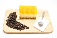 Gâteau orange sur le fond blanc Image stock