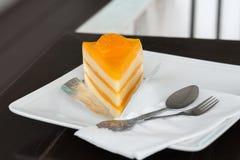 Gâteau orange sur le plat blanc photo stock