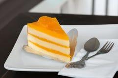 Gâteau orange sur le plat blanc images libres de droits