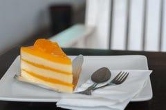 Gâteau orange sur le plat blanc Photographie stock