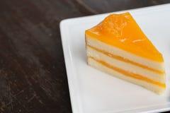 Gâteau orange sur le plat blanc photos stock