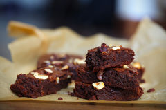 Gâteau ou 'brownie' de fondant de chocolat avec des noisettes, parties découpées en tranches Photo stock