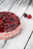 Gâteau ou gâteau au fromage de cerise sur la table en bois Photo stock