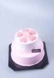 gâteau ou gâteau en forme de coeur de jour de mères sur un fond Images stock