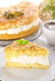 Gâteau plat avec une amande et un sucre photographie stock libre de droits