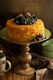 Gâteau posé de miel avec la sucrerie et la baie images libres de droits