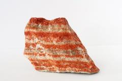Gâteau posé de potasse de minerai de sylvinite aussi ou ou de chlorure de potassium avec du chlorure de sodium sur le fond blanc images stock