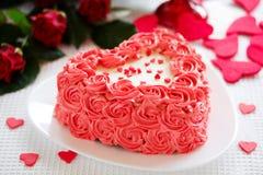 Gâteau pour la Saint,Valentin avec des roses photos stock