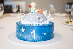 Gâteau pour le premier anniversaire photographie stock